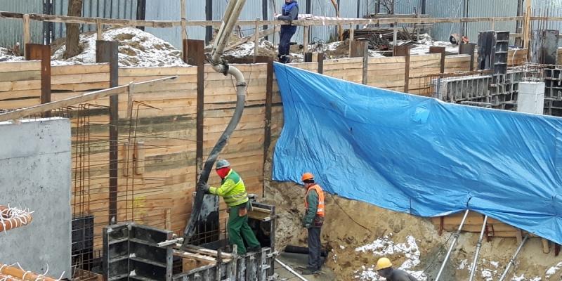 Wylewanie ławy pod wbudowanie kamienia węgielnego